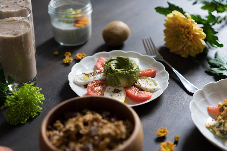 Un tartare avocat mozzarela tomate, brunch sain et végétarien